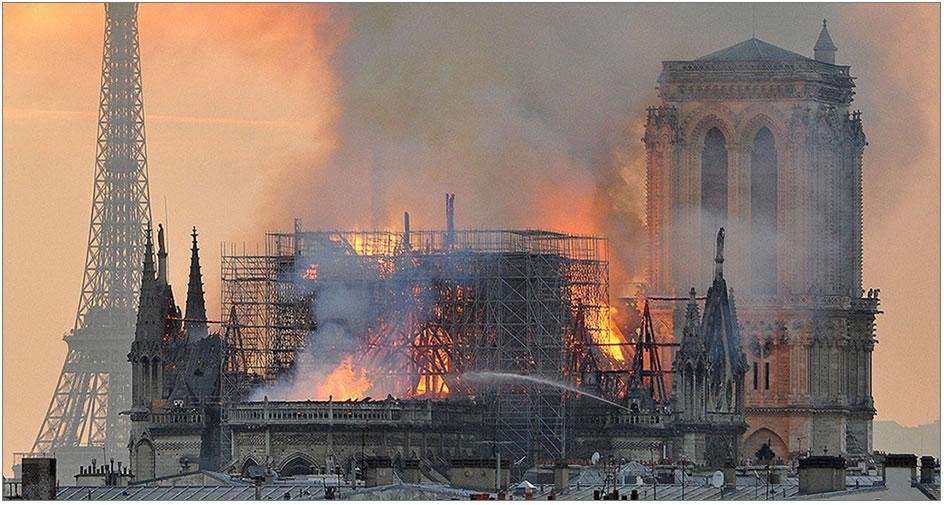 Incendio di Notre Dame di Parigi durante i lavori di restauro